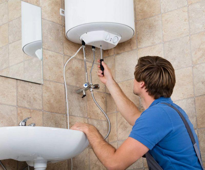 Мастер проверяет электрику водонагревателя